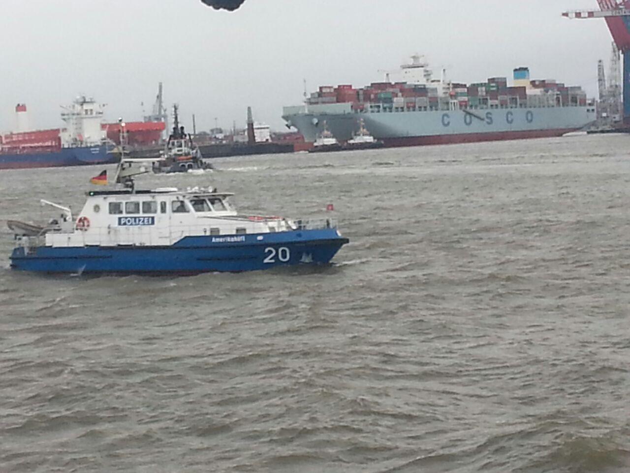 Alarm im Hamburger Hafen – Containerschiff in Gefahr